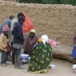 petites vendeuses dans un village de Madaoua